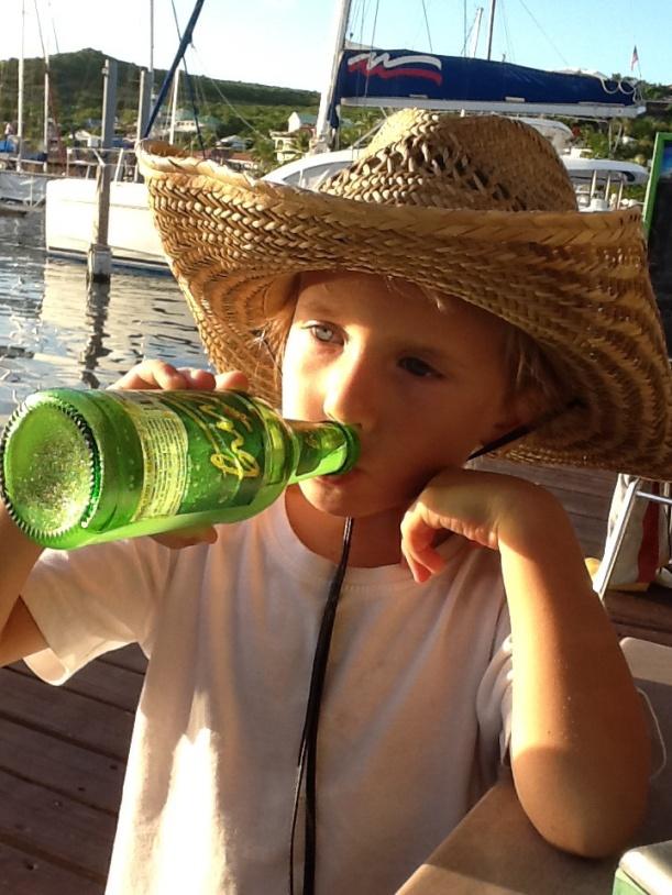 Noah boit son Ting à l'apéro au dinghy Dock de Oyter Pond
